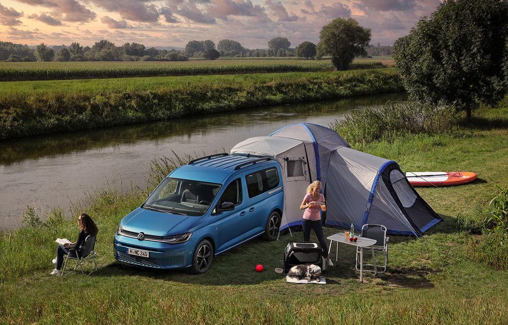 Volkswagen a prezentat noul Caddy California: camper van-ul are un pat cu arcuri cu o lungime de aproape 2 metri și o bucătărie de mici dimensiuni - Poza 1