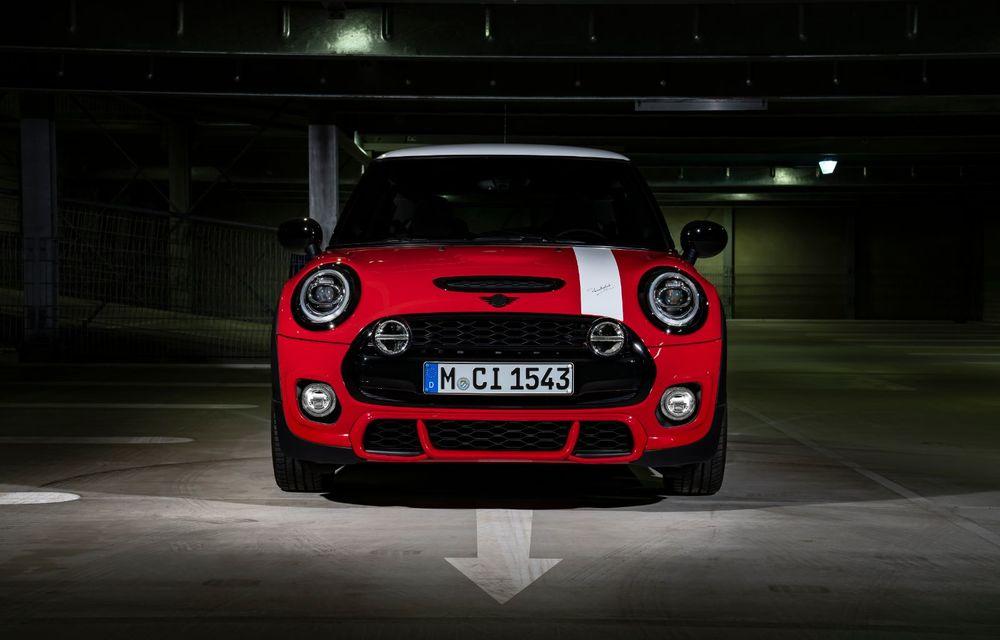 Hatchback-ul Mini este disponibil în versiunea specială Paddy Hopkirk Edition: varianta a fost dezvoltată în onoarea pilotului care a adus prima victorie Mini la Raliul Monte Carlo - Poza 18