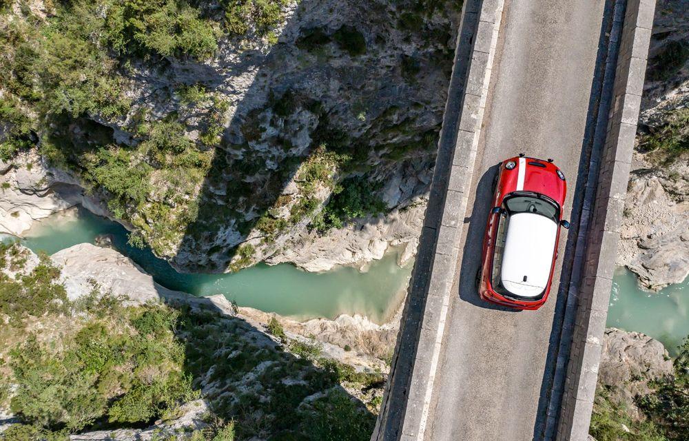 Hatchback-ul Mini este disponibil în versiunea specială Paddy Hopkirk Edition: varianta a fost dezvoltată în onoarea pilotului care a adus prima victorie Mini la Raliul Monte Carlo - Poza 6