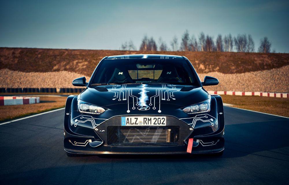 Hyundai a prezentat prototipul electric RM20e: vehiculul destinat circuitelor are un singur motor amplasat central cu 810 CP - Poza 2