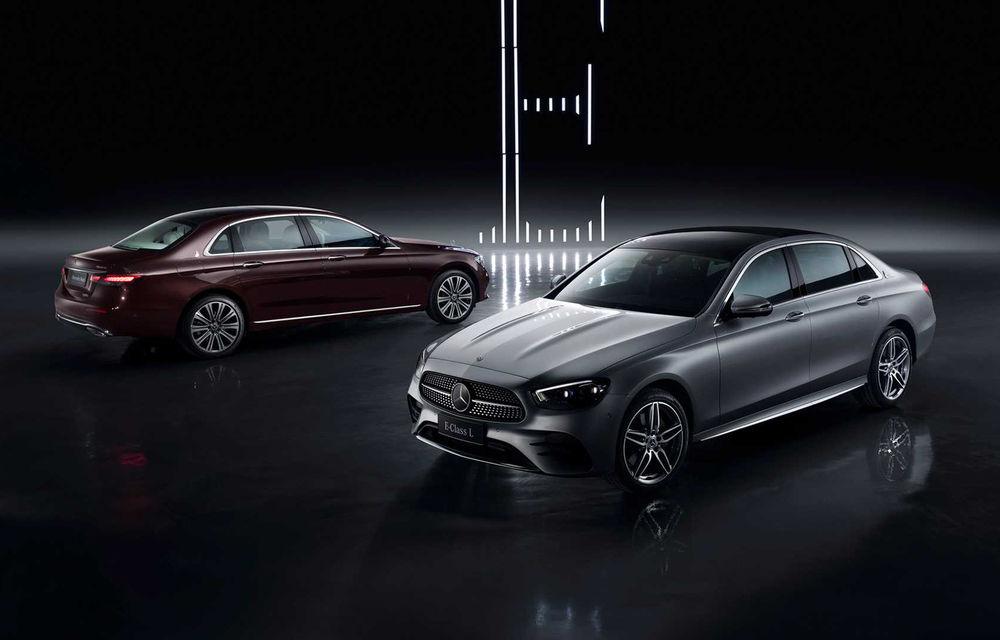 Mercedes-Benz a prezentat versiunea cu ampatament mărit a lui Clasa E facelift: modelul va fi disponibil doar pe piața din China - Poza 1