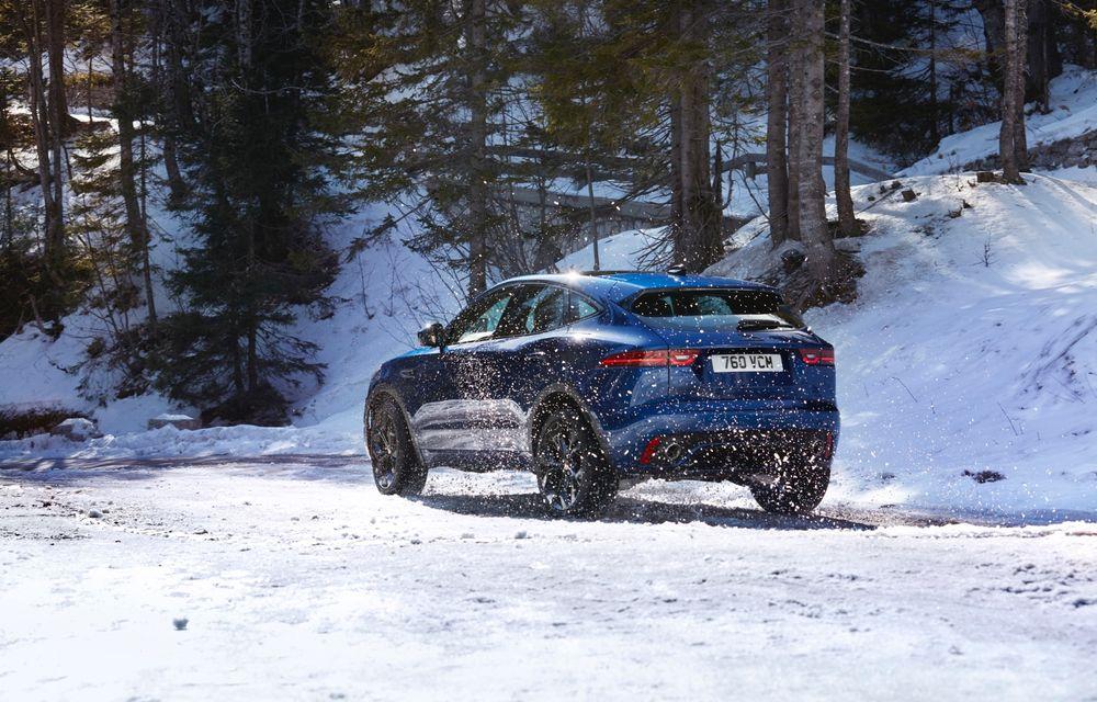 Jaguar a prezentat E-Pace facelift: mici modificări la nivel estetic, un nou ecran central curbat cu diagonala de 11.4 inch și variantă plug-in hybrid - Poza 2