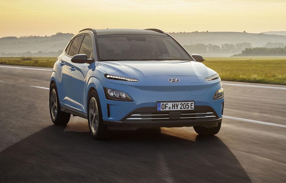 Hyundai Kona Electric primește un facelift: noutăți estetice, două ecrane de 10.25 inch la interior și sisteme de asistență îmbunătățite - Poza 1