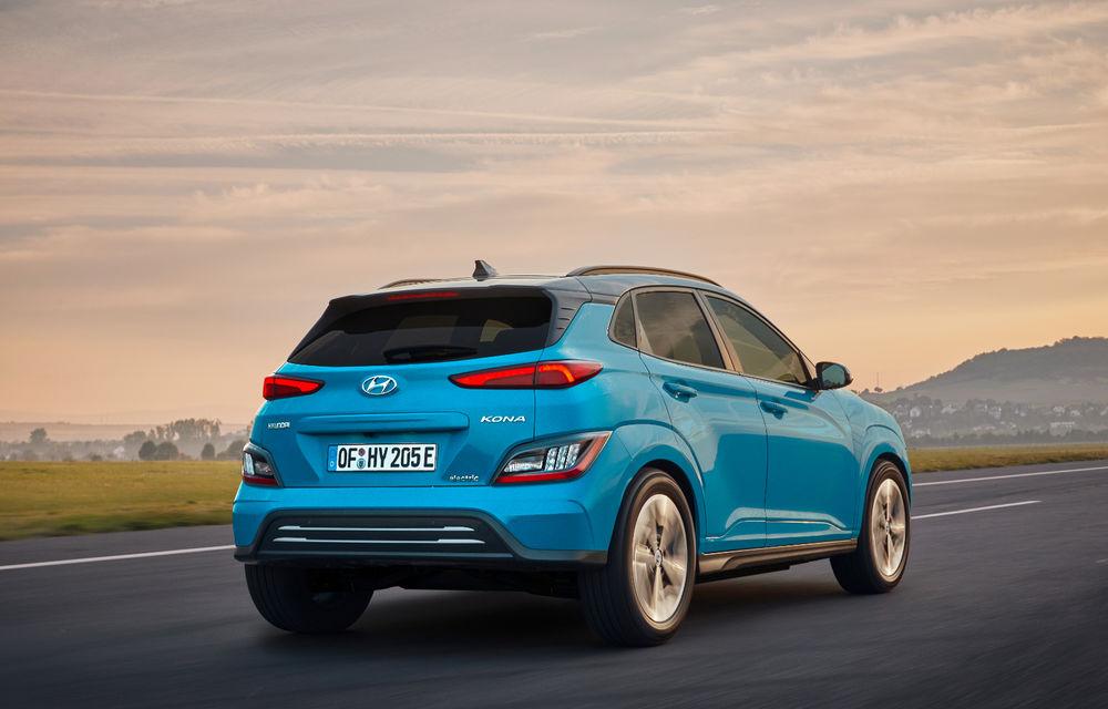 Hyundai Kona Electric primește un facelift: noutăți estetice, două ecrane de 10.25 inch la interior și sisteme de asistență îmbunătățite - Poza 2