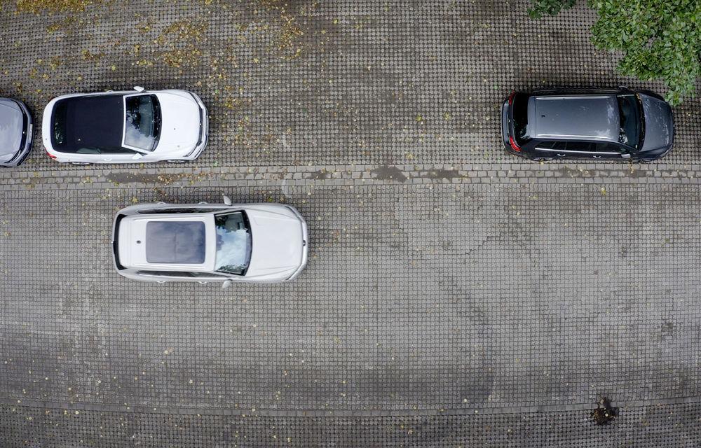 Volkswagen introduce parcarea autonomă pentru Touareg: funcția, disponibilă printr-o aplicație de smartphone - Poza 3