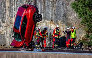 Cel mai dur test de siguranță: Volvo aruncă mașini de la 30 de metri înălțime pentru a ajuta serviciile de urgență să îmbunătățească metodele de extracție