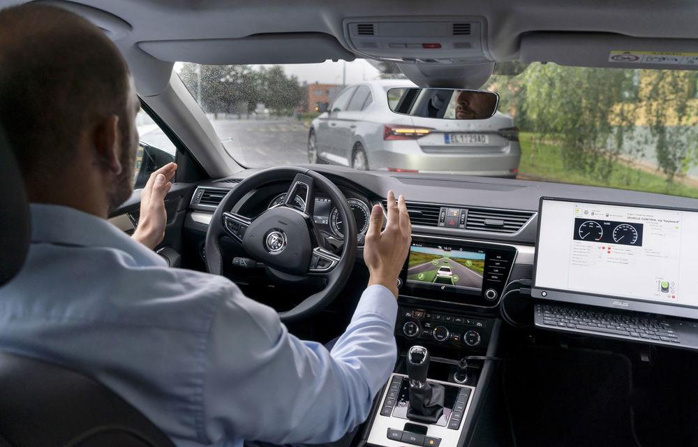 """Skoda testează noi sisteme avansate: o mașină autonomă """"copiază"""" comportamentul în trafic al unei mașini cu șofer uman - Poza 1"""