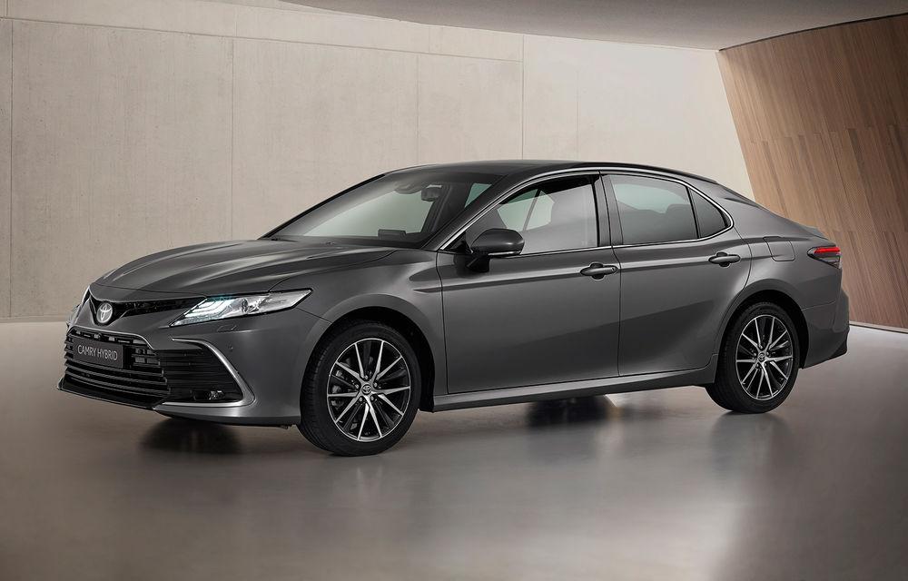 Toyota a prezentat Camry Hybrid facelift: mici noutăți estetice și tehnologii de siguranță îmbunătățite - Poza 1