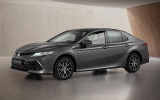 Toyota a prezentat Camry Hybrid facelift: mici noutăți estetice și tehnologii de siguranță îmbunătățite