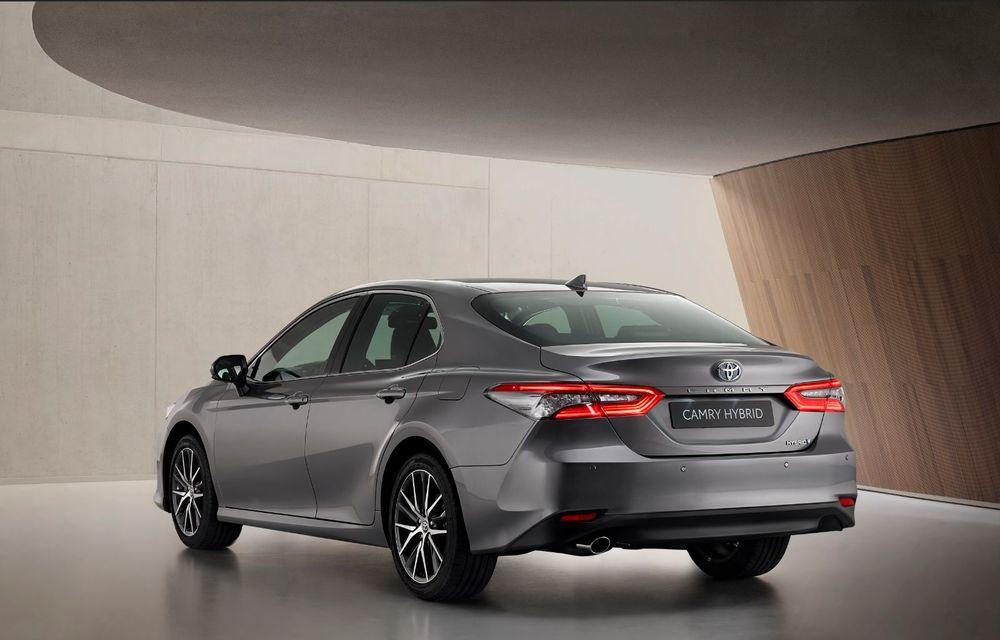 Toyota a prezentat Camry Hybrid facelift: mici noutăți estetice și tehnologii de siguranță îmbunătățite - Poza 2