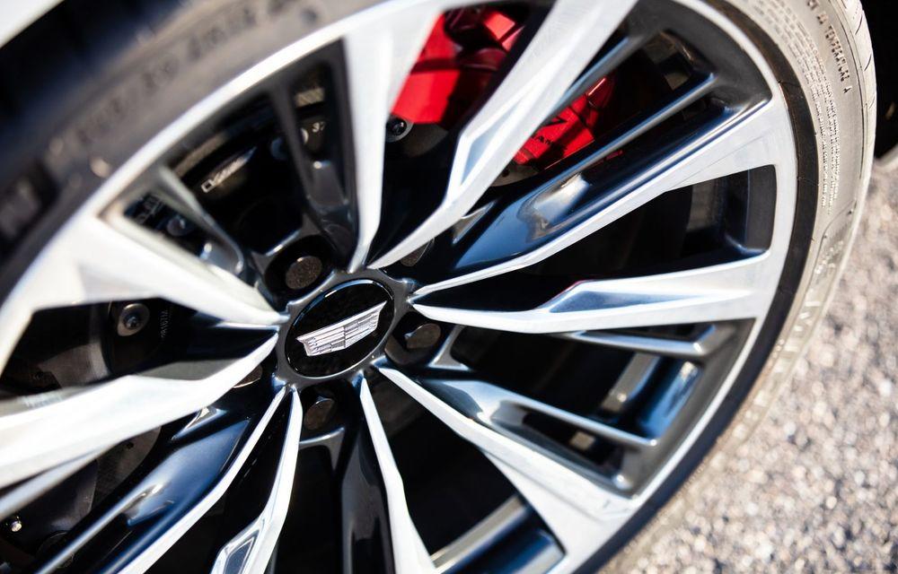 Cel mai puternic Cadillac din istorie are motor V8 asamblat manual și 677 de cai putere - Poza 11