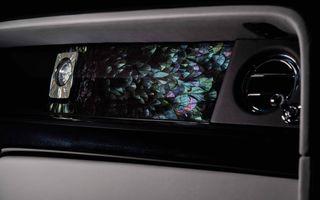 Rolls-Royce a decorat bordul unui Phantom cu 3000 de pene care își schimbă culoarea