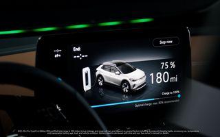 Noul Volkswagen ID.4 interacționează cu pasagerii prin intermediul unei benzi LED
