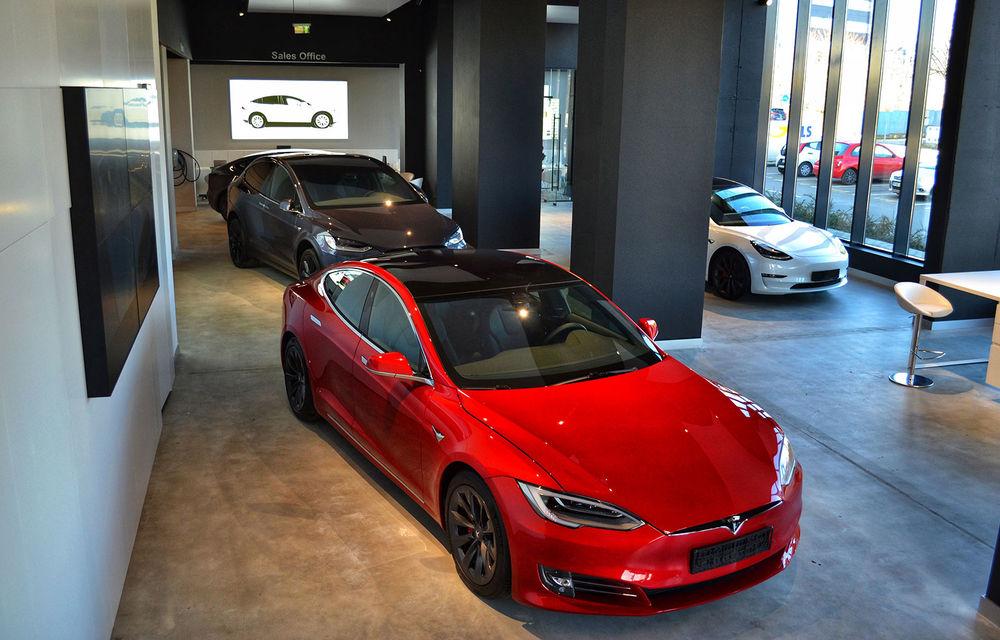 A fost inaugurat Teslounge, primul showroom dedicat exclusiv modelelor Tesla: detalii despre service și termene de livrare - Poza 1