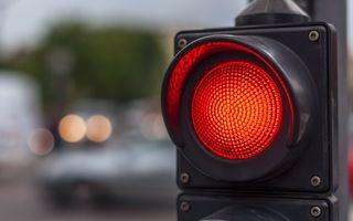 Tot mai mulți șoferi din România ignoră culoarea semaforului și trec pe roșu în mod conștient