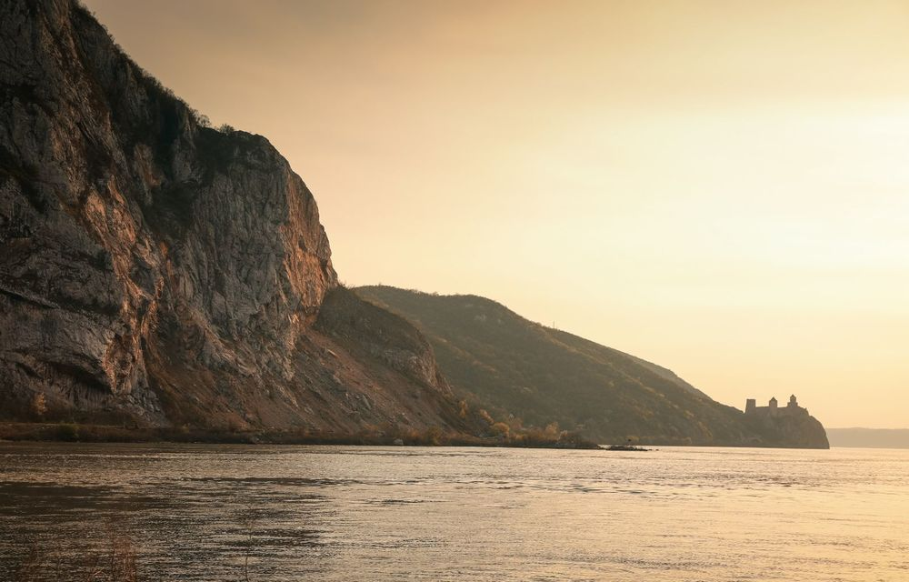 Descoperim Dunărea cu Mercedes-Benz GLB (ziua 1): Chipul lui Decebal sculptat în piatră și un hotel ca în Maldive - Poza 8