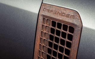 Accesorii ciudate pentru Land Rover Defender: bucăți de caroserie cu aspect ruginit