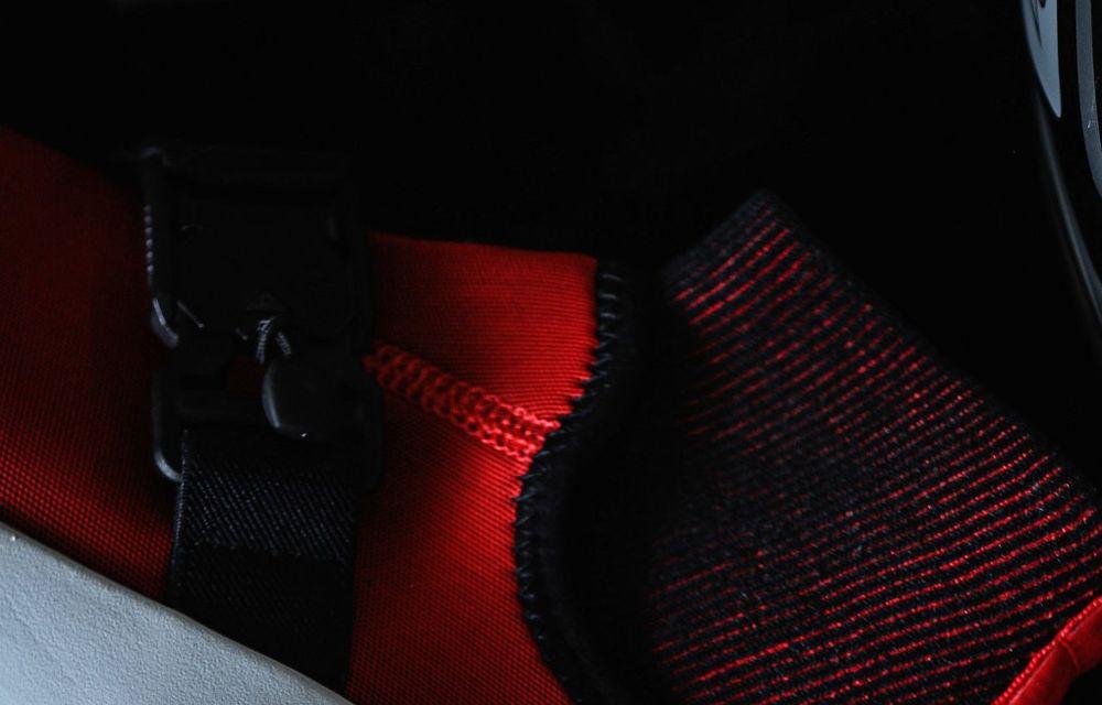 Designul lui Ferrari SF90 Stradale a dat naștere unor pantofi sport care costă 450 de dolari - Poza 6