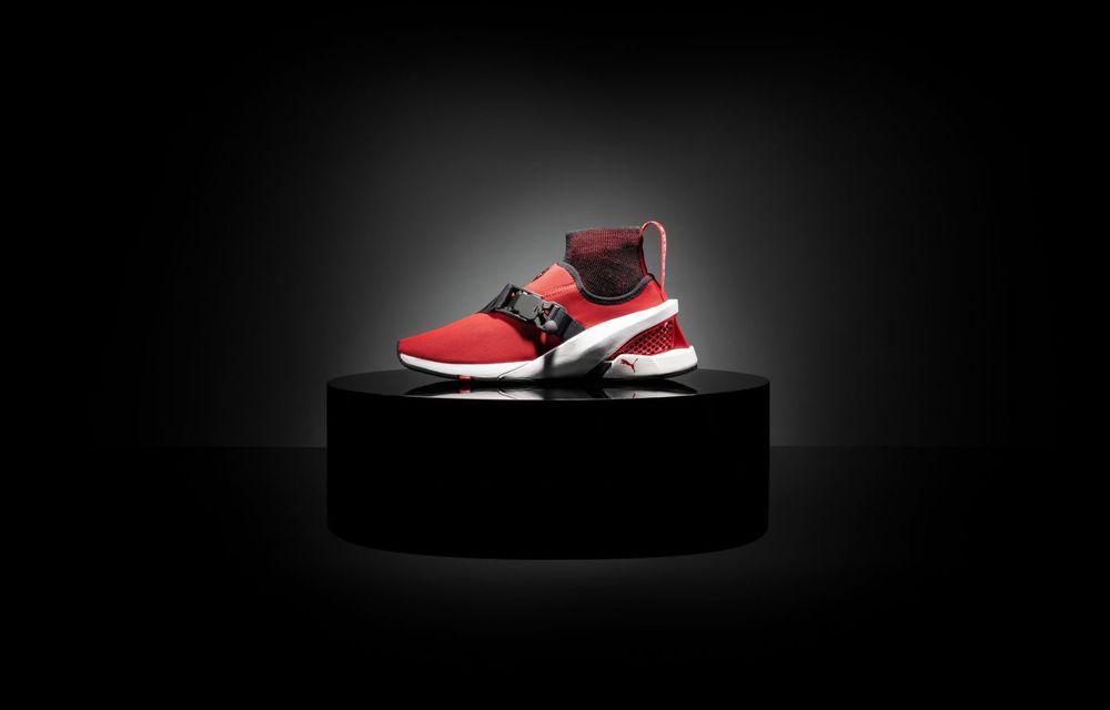 Designul lui Ferrari SF90 Stradale a dat naștere unor pantofi sport care costă 450 de dolari - Poza 2