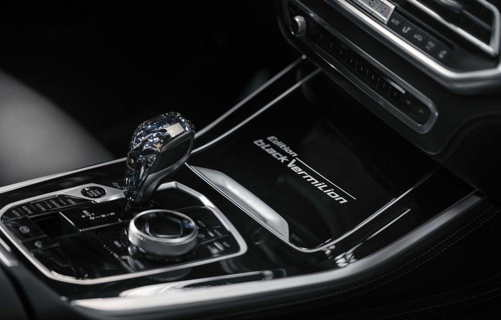 Ediții speciale pentru BMW X5, X6 și X7: vopsea exterioară neagră și accente roșii pentru grila frontală - Poza 21