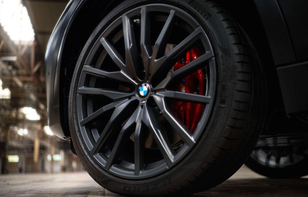 Ediții speciale pentru BMW X5, X6 și X7: vopsea exterioară neagră și accente roșii pentru grila frontală - Poza 35