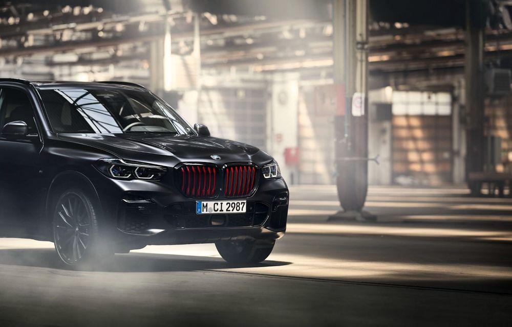 Ediții speciale pentru BMW X5, X6 și X7: vopsea exterioară neagră și accente roșii pentru grila frontală - Poza 30