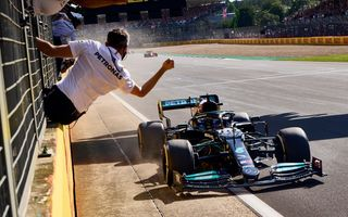 Lewis Hamilton câștigă la Silverstone, după un incident controversat cu Max Verstappen