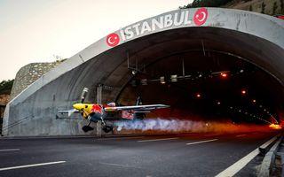 Performanță de Cartea Recordurilor: Italianul Dario Costa a zburat cu avionul prin două tuneluri