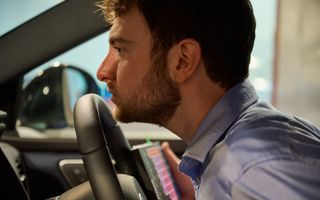 Cum se obține mirosul de mașină nouă