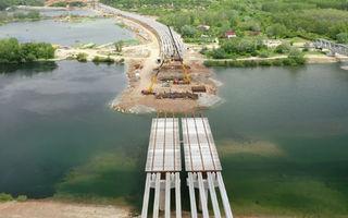 Au fost montate grinzile principale la podul peste Olt de pe tronsonul 2 al Drumului Expres Craiova-Pitești