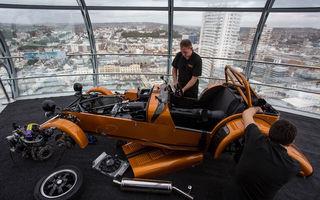 Record neobișnuit: Caterham a asamblat o mașină în doar 6 ore, la o altitudine de 137 de metri
