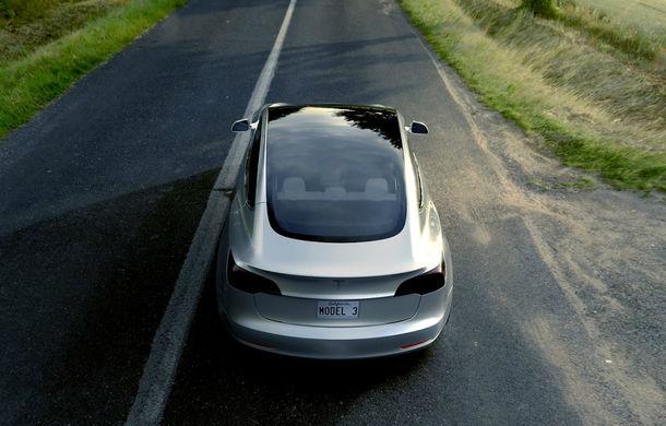 Mai simplu înseamnă mai ieftin: interiorul simplist al lui Tesla Model 3, cheia atingerii unui preț de pornire de 35.000 de dolari - Poza 5