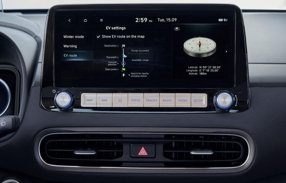 Hyundai Kona Electric primește un facelift: noutăți estetice, două ecrane de 10.25 inch la interior și sisteme de asistență îmbunătățite - Poza 5