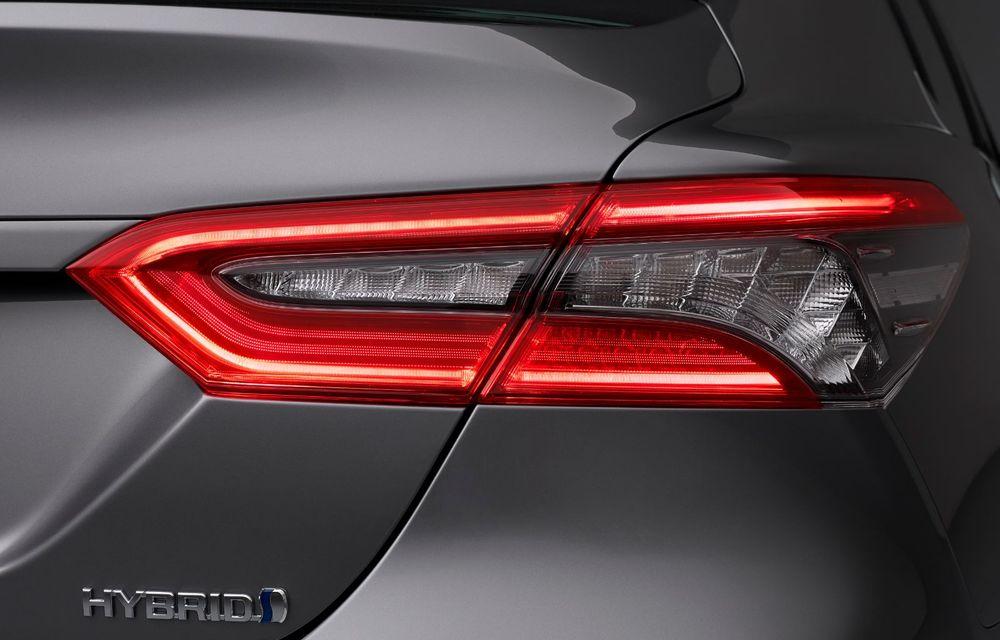Toyota a prezentat Camry Hybrid facelift: mici noutăți estetice și tehnologii de siguranță îmbunătățite - Poza 4